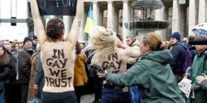 Femen : quatre militantes seins nus pendant l'Angelus du Pape - vidéo