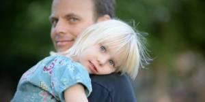 Les pères sexistes nuisent à la réussite professionnelle de leur fille