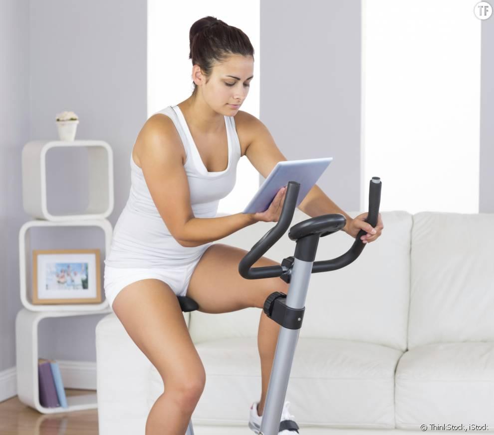 Le vélo d'appartement peut être pratiqué en lisant ou regardant la TV.