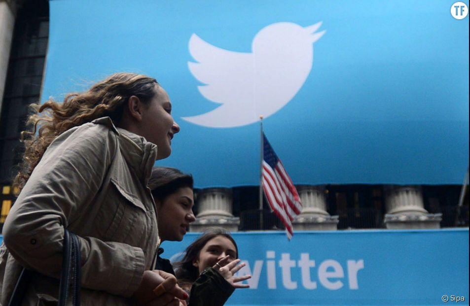 Des passantes devant le logo Twitter de la bourse de New York.