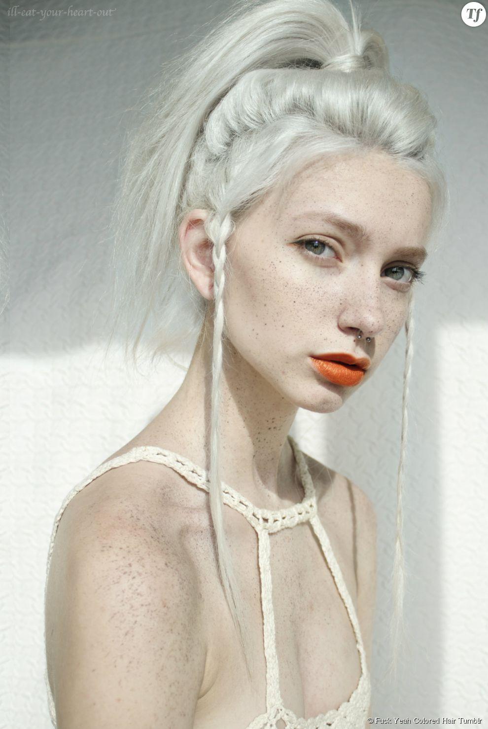 Assez jeunes femmes préfèrent miser sur une coloration gris-blanc. QI56