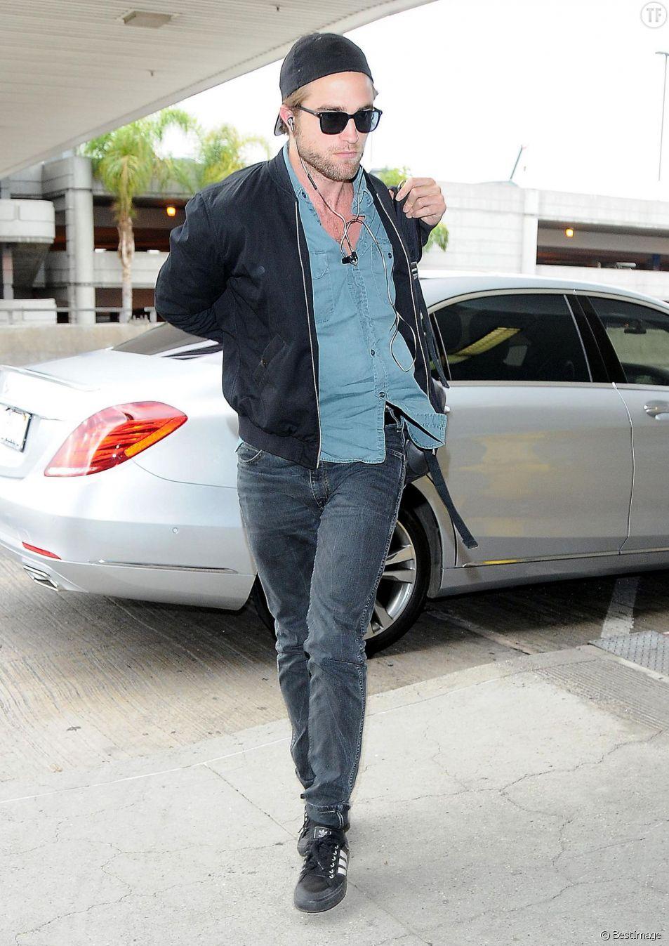 Robert Pattinson arrive à l'aéroport LAX de Los Angeles pour prendre un avion pour Toronto.