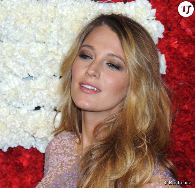 Blake Lively affiche un blond doré aux multiples nuances.