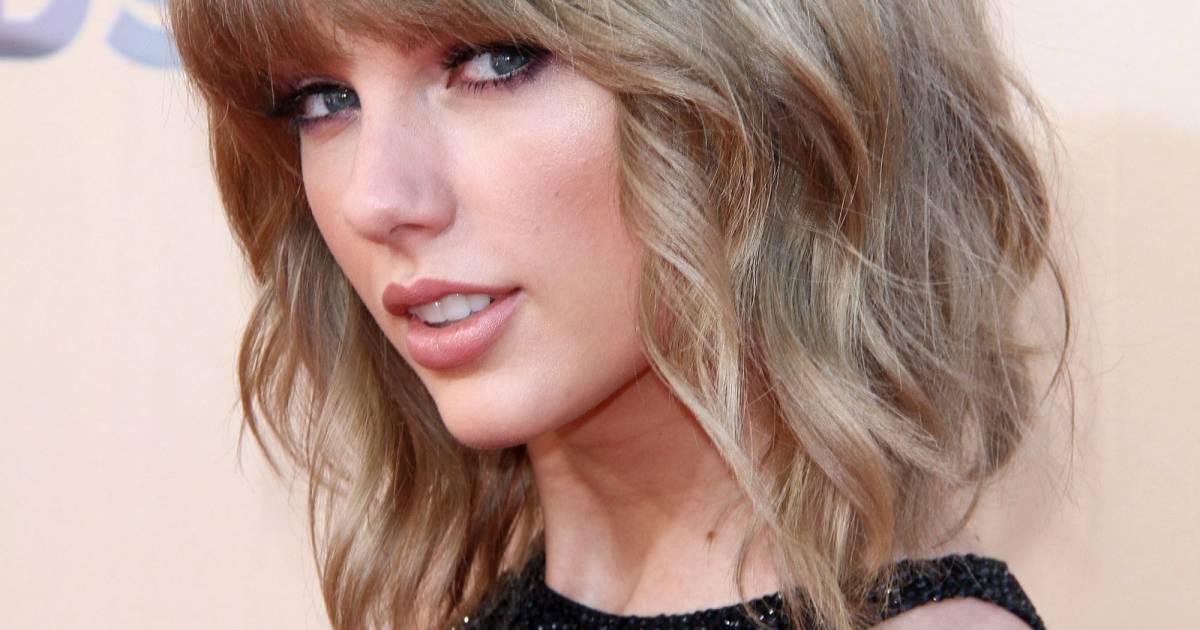 Le célèbre Taylor Swift affiche un blond naturel mis en lumière par un &VK_64