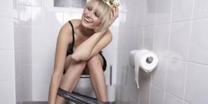 Aller aux toilettes élégamment au bureau (ou chez un mec) : mode d'emploi