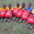 Ces enfants au Rwanda ont chacun reçu une paire des fameuses chaussures.