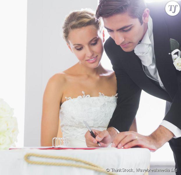 Couple de mariés signant leur contrat