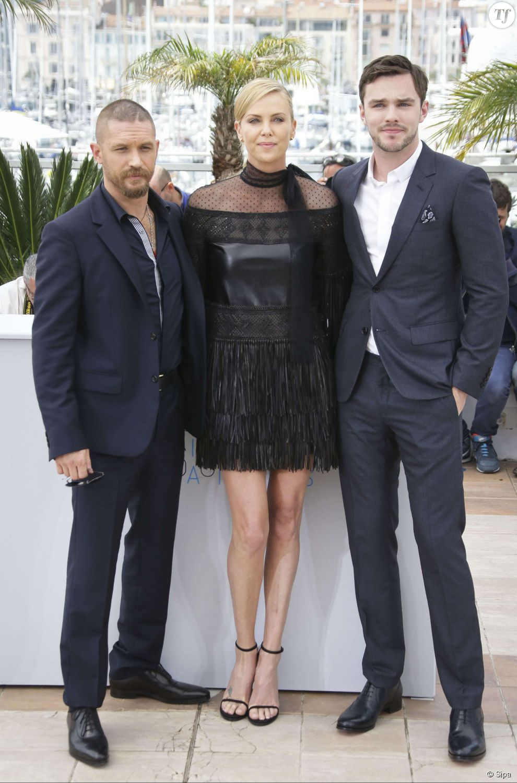 "Tom Hardy, Charlize Theron et Nicholas Hoult au photocall de ""Mad Max : Fury Road"" au festival de Cannes 2015 le 14 mai 2015."