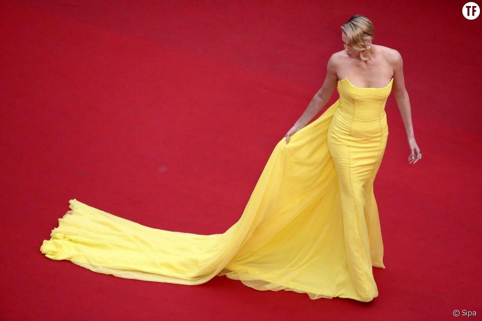 Charlize Theron sur le tapis rouge du Festival de Cannes 2015 à la première de Mad Max le 14 mai 2015