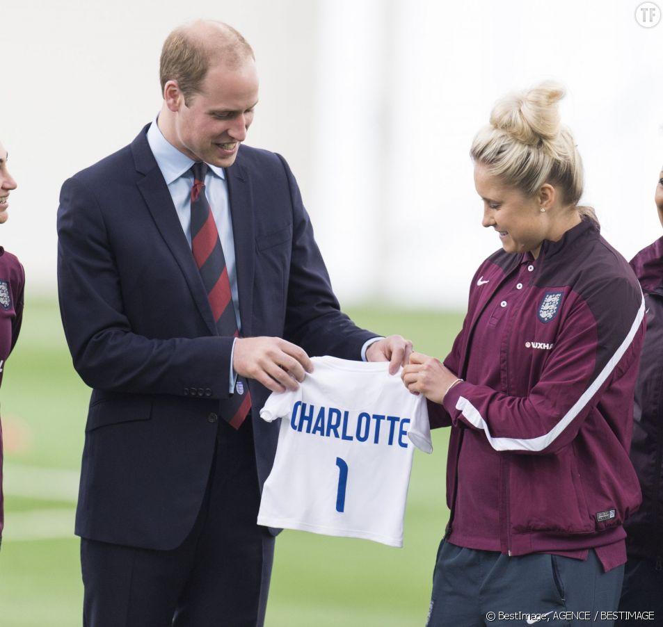 Le Prince William rend visite à l'équipe de football féminin.