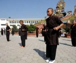 """Népal : les """"bonnes soeurs kung fu"""" à la rescousse des victimes du tremblement de terre"""