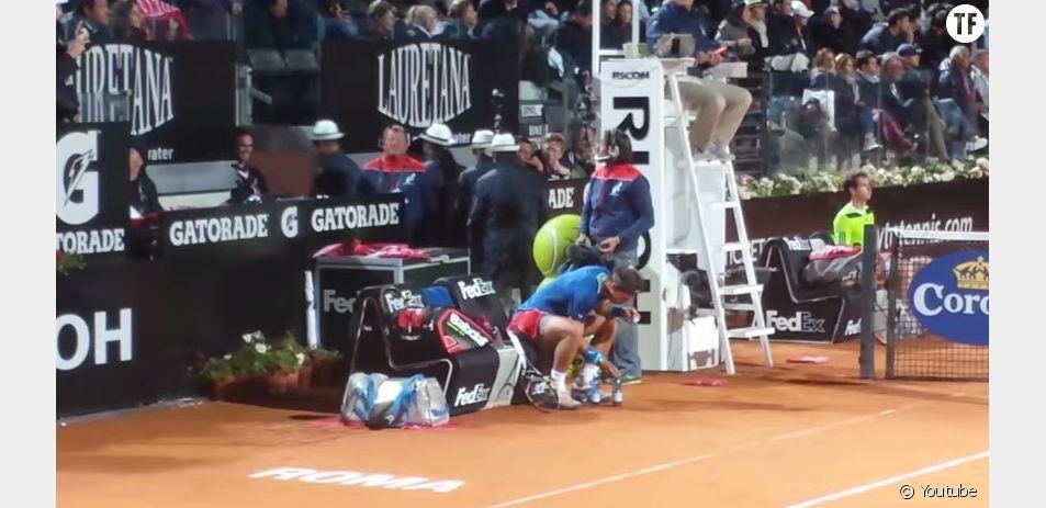 Rafael Nadal tient à ce que ses bouteilles d'eau soient PARFAITEMENT alignées au bord du terrain.
