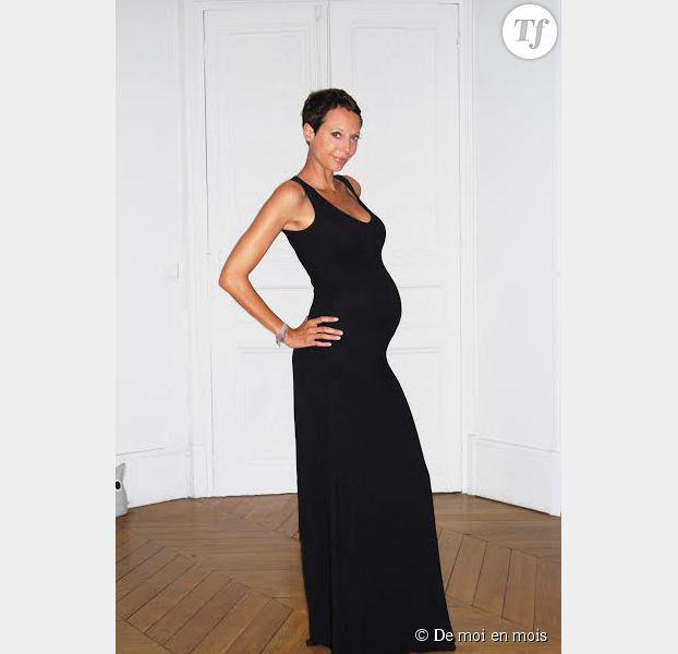 """Sidonie Dumoulin posant enceinte dans une robe de sa marque de vêtements """"De moi en mois"""""""