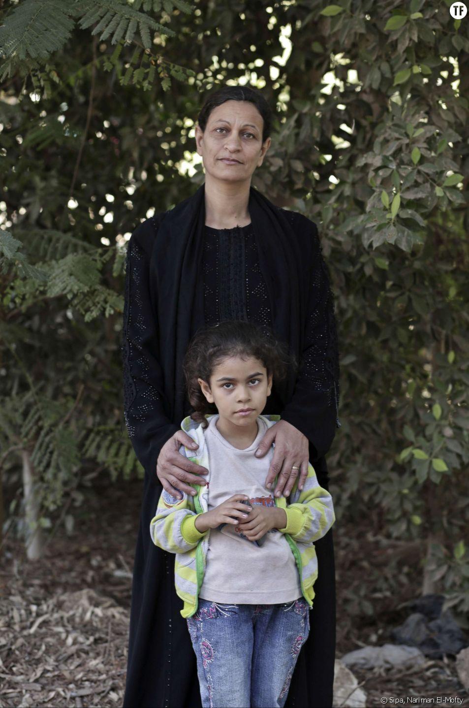 Hamdeya Nazmy, victime de MGF dans son enfance, pose avec sa fille de cinq ans Demyana en Egypte.