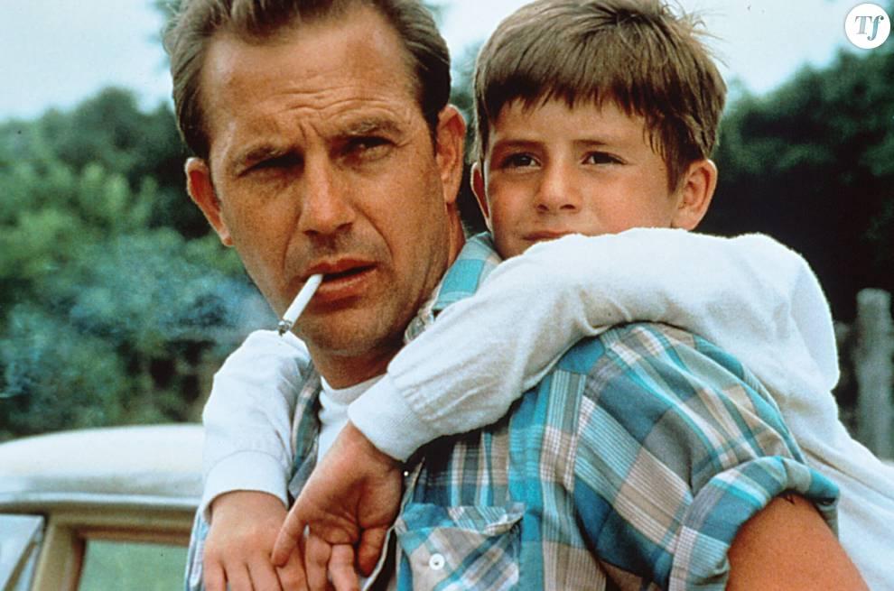 Dans Un Monde Parfait, Kevin Costner incarne un prisonnier en cavale qui se prend d'amitié pour son petit otage.