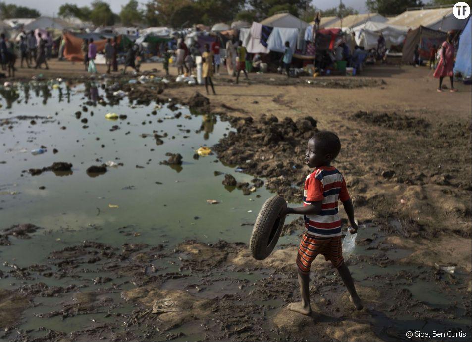 Un jeune garçon tient un pneu utilisé comme jouet le 29 décembre 2013 à Djouba au Soudan du Sud.