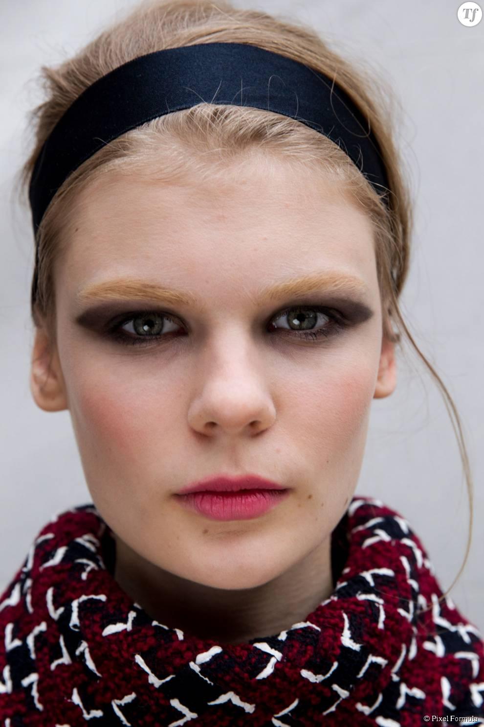 Maquillage : smoky noir au défilé Chanel automne-hiver 2015-2016.