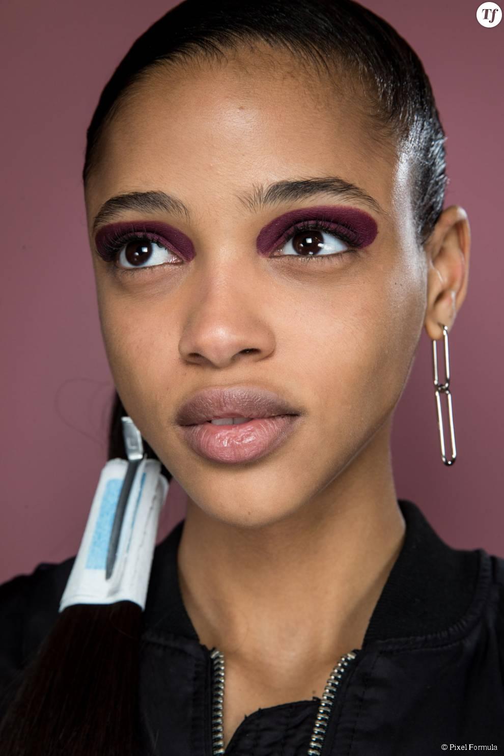 Maquillage : halo prune sur les yeux au défilé Dior automne-hiver 2015-2016.