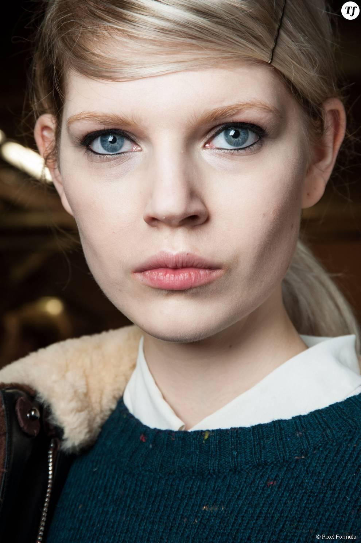 Maquillage : trait de crayon noir et bouche nude au défilé Erdem automne-hiver 2015-2016.
