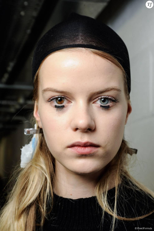 Maquillage : trait de liner et faux cils au défilé Mary Katrantzou automne-hiver 2015-2016.