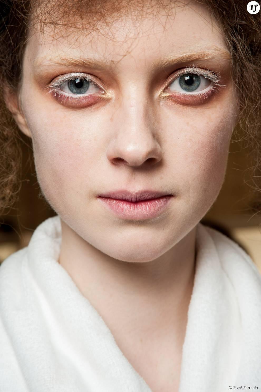 Maquillage : fard orange et mascara blanc au défilé Alexander McQueen automne-hiver 2015-2016.