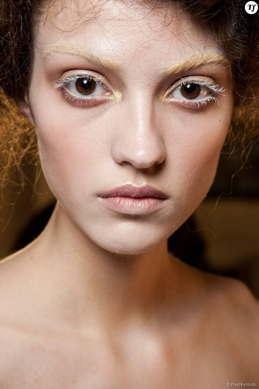 Maquillage : mascara blanc et fard doré au défilé Alexander McQueen automne-hiver 2015-2016.