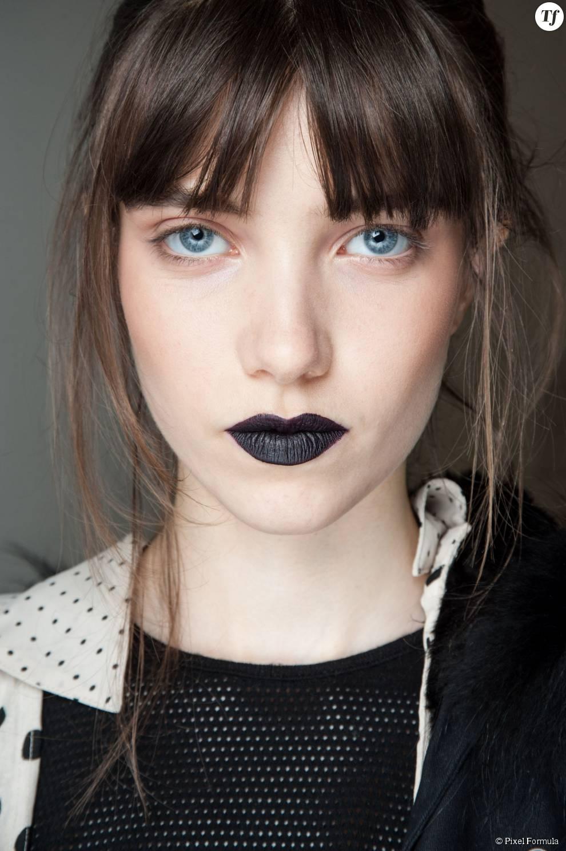 Maquillage : rouge à lèvres noir au défilé Giles automne-hiver 2015-2016.