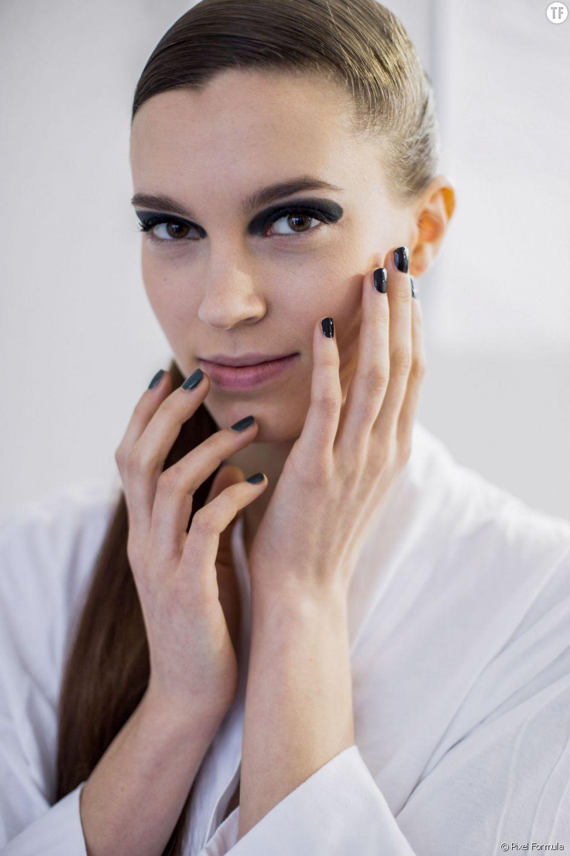 Vernis à ongles noir chez Dior automne-hiver 2015-2016.