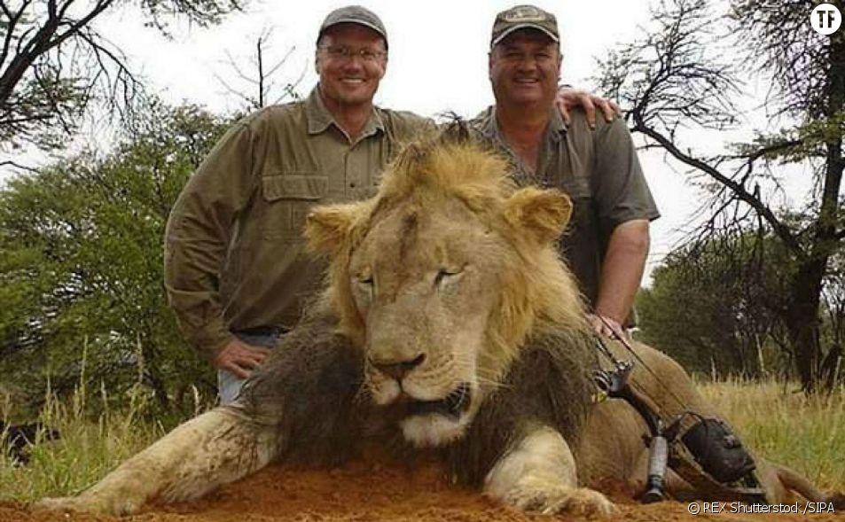 Walter Palmer pose avec un autre lion que Cecil