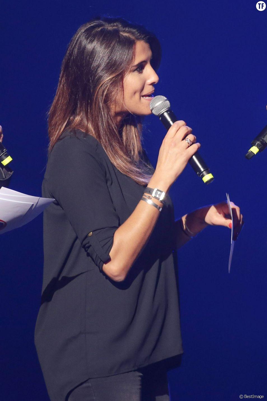 """Karine Ferri (enceinte) anime le concert gratuit """"RFM Music Live"""" à Lille. Le 28 septembre 2015 No Web No Blog pour Belgique et Suisse"""