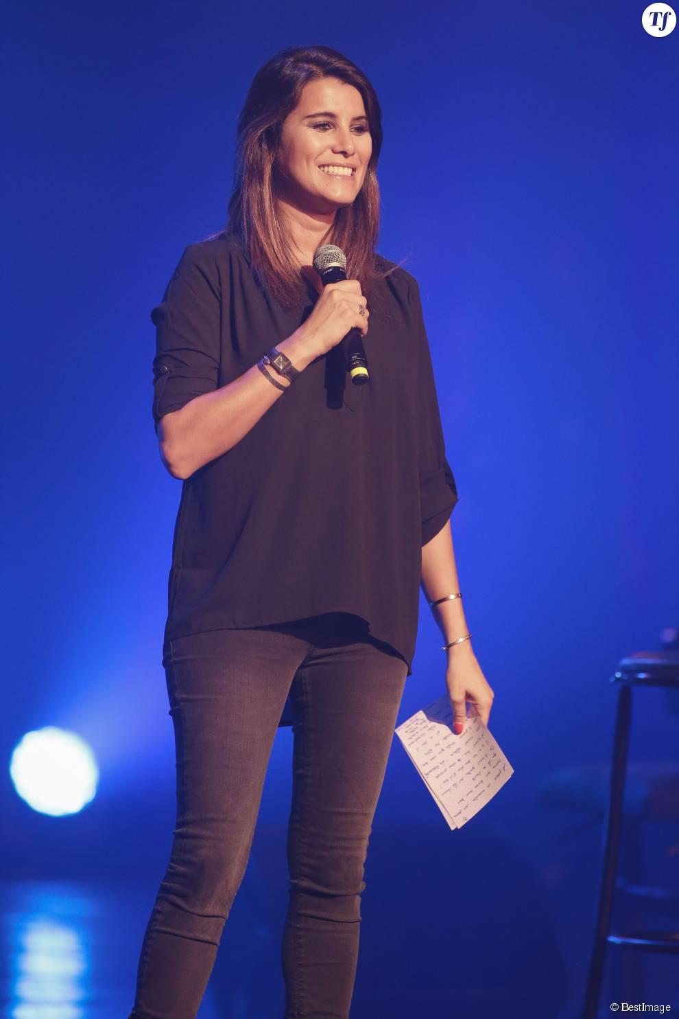 """Karine Ferri dévoile son ventre de future maman lors du concert gratuit """"RFM Music Live"""" à Lille."""