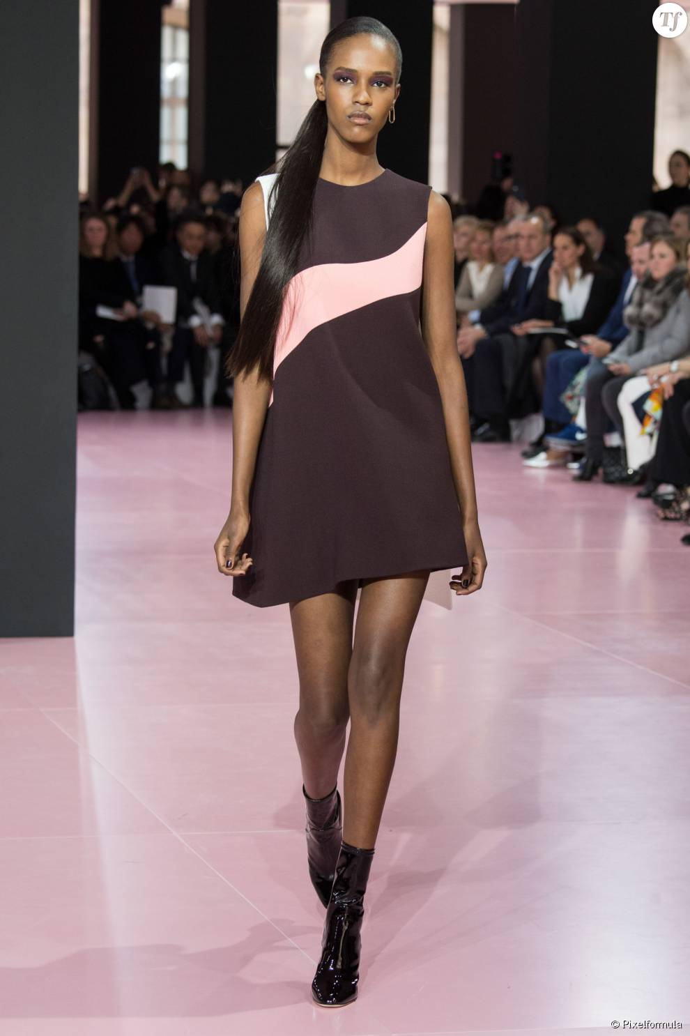 Quand on a les cheveux ultra longs, on mise tout sur la que de cheval plaquée sur le côté de la maison Dior.