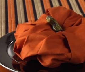Halloween 2015 : pliage de serviette en forme de citrouille