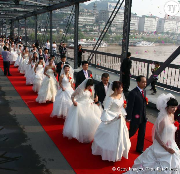 Des couples en train de se marier ne Chine