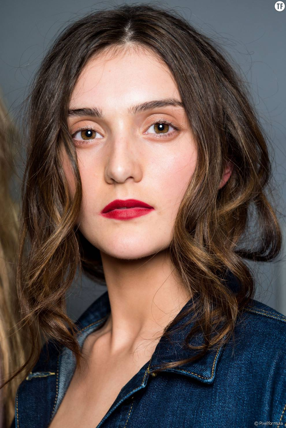 Voila Une Jolie Idee Coiffure Tres Simple A Realiser On Attache Ses Cheveux Longs A L Arriere Et On Laisse Quelques Meches Devant Pour Encadrer Le Visage Terrafemina