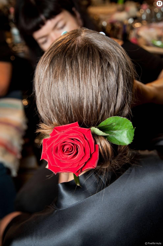 Un chignon classique agrémenté d\u0026039;une belle rose rouge. Une idée très