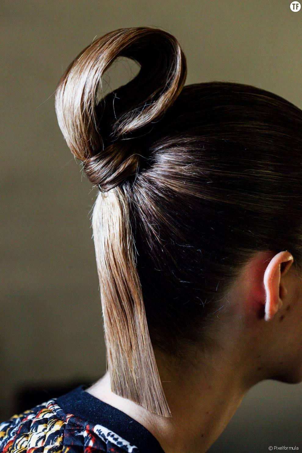 Pour une coiffure ultra sophistiquée, on opte pour cette queue-de-cheval enroulée comme un véritable noeud de marin.