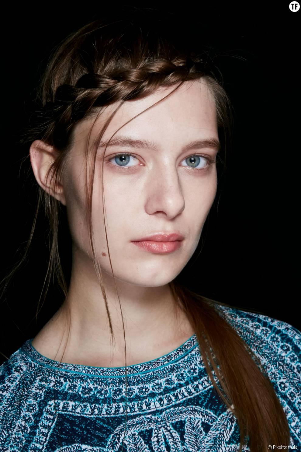 C'est surement l'une des coiffure les plus en vogue en ce moment : la légère couronne de tresse sur le côté.