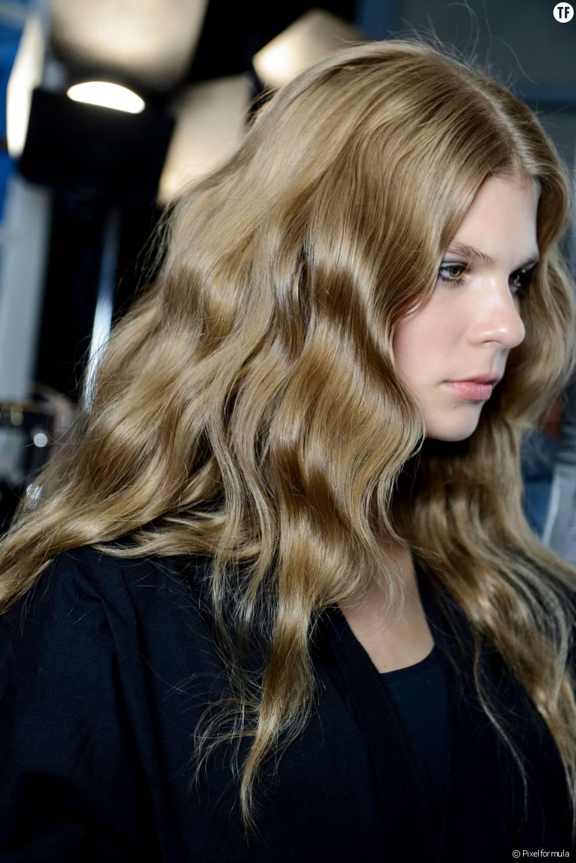 Des ondulations sur toute la chevelure pour un effet ultra glamour.