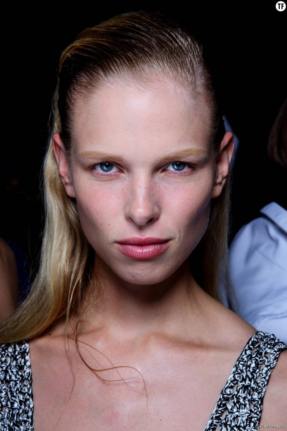 Pour dégager le visage, on se joue l'effet mouillé à l'avant et laisse sa chevelure naturelle à l'arrière.