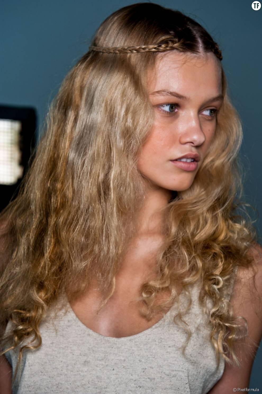 Pour un style plus bohème, on s'inspire de ces cheveux naturellement bouclés et de cette fine tresse ramenée vers l'arrière.