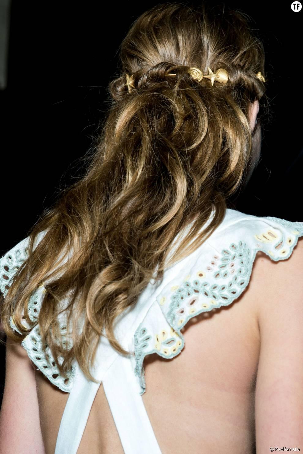 Pour attacher élégamment ses cheveux, on pense aussi aux accessoires, comme ce bandeau en coquillages sorti tout droit du défilé Valentino.