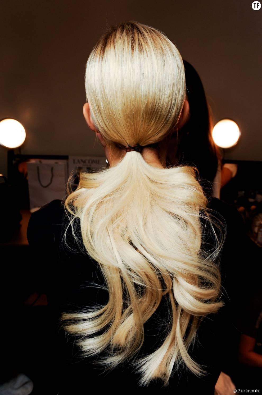 On attache ses cheveux et on ondule sa queue-de cheval, une riche idée très facile à reproduire.