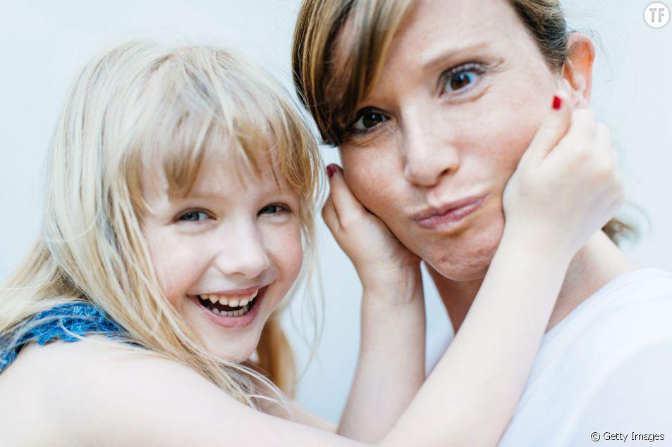 Une maman et sa fillette complices