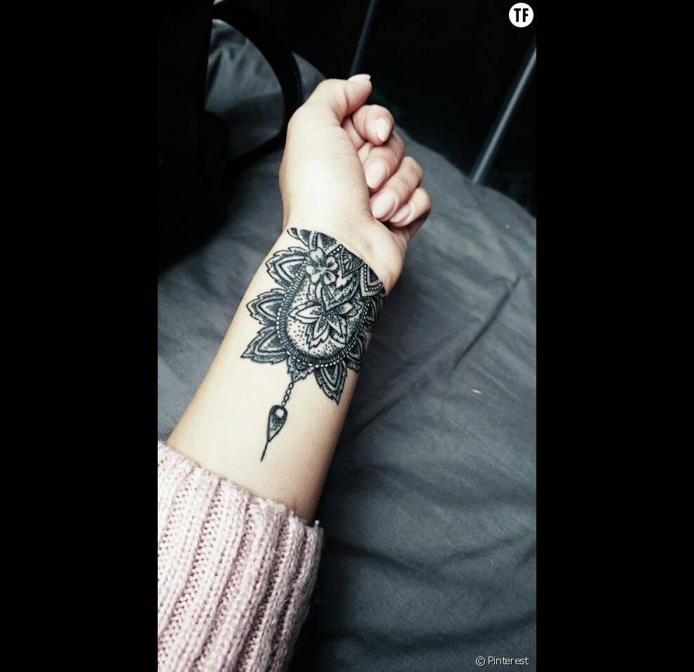Tatouage de mandala sur le poignet