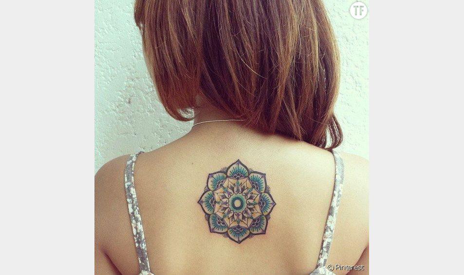 Tatouage de mandala coloré dans le dos