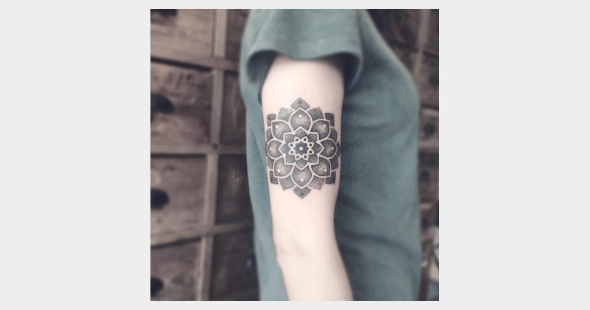 Tatouage de mandala sur le bras terrafemina - Tatouage derriere le bras ...