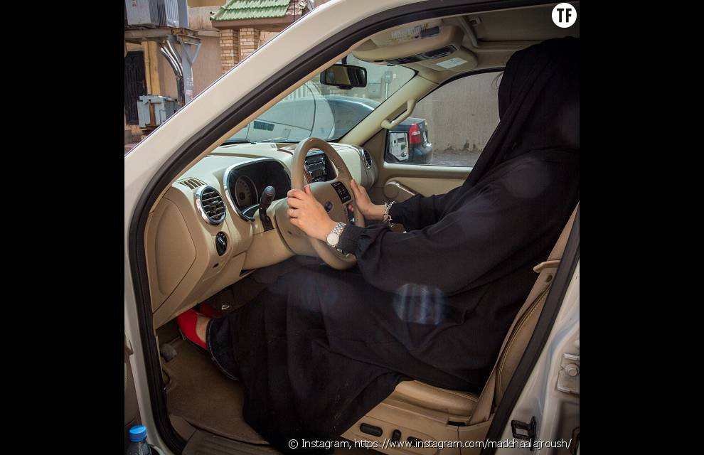 Madeha Al-Ajroush au volant d'une voiture pour lutter contre l'interdiction de conduire qui frappe les femmes en Arabie Saoudite
