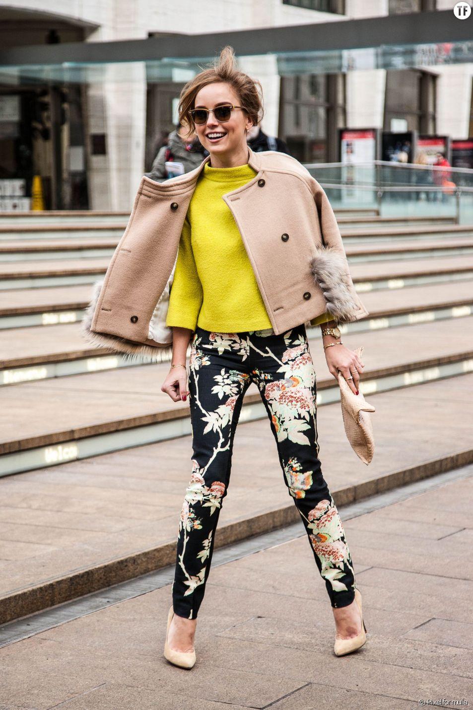 Lookée en pantalon fleuri et top coloré