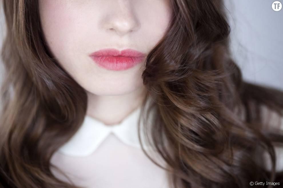 Voici 3 astuces insolites et efficaces pour obtenir des cheveux ondulés sans appareils chauffants.